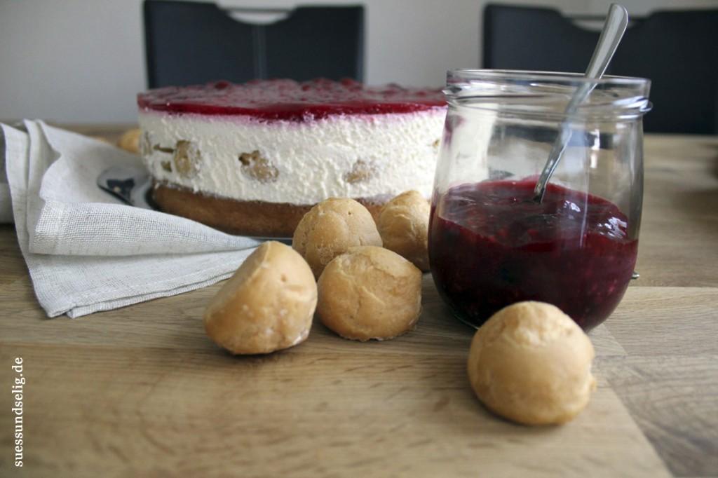 Rote-Grütze-Torte mit Windbeuteln