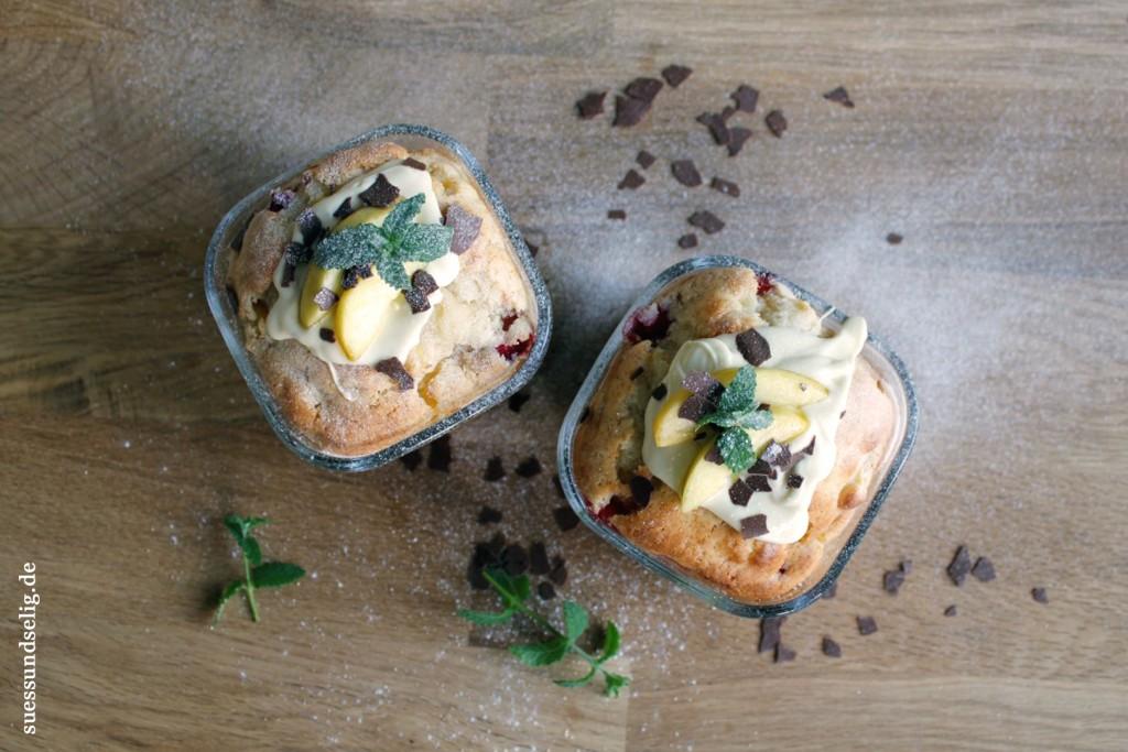Muffins mit Nektarinen, Erdbeeren, Joghurt und weißer Schokolade