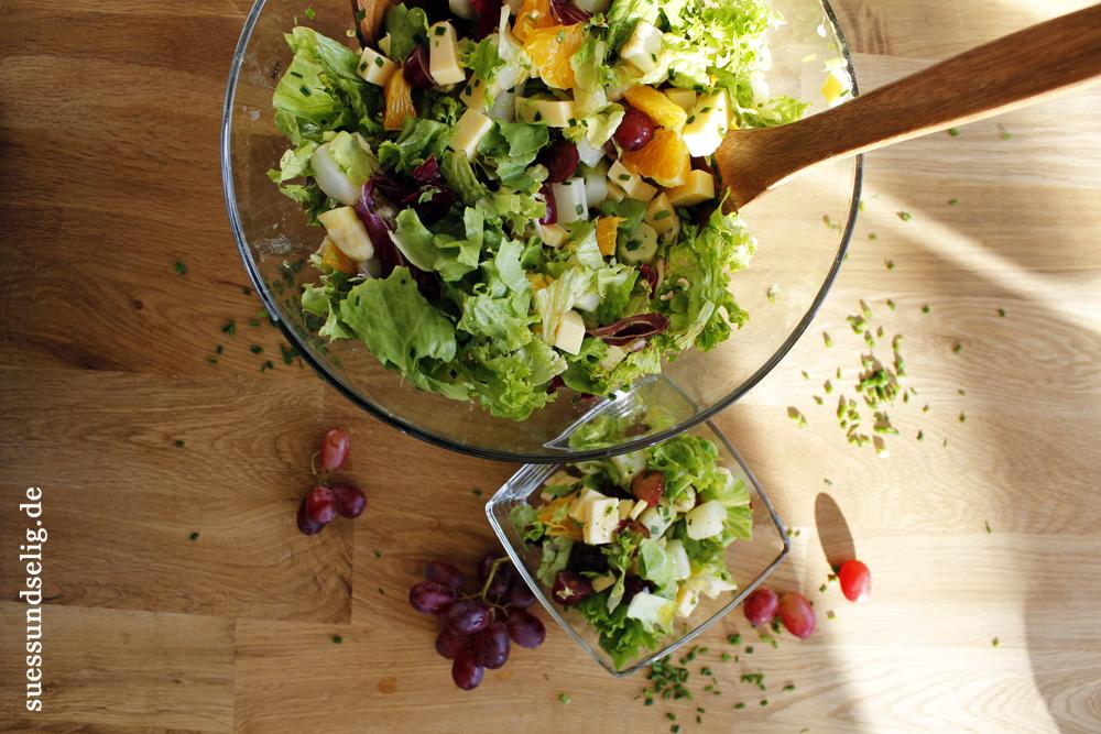 Frischer Spargelsalat mit Käse und Weintrauben