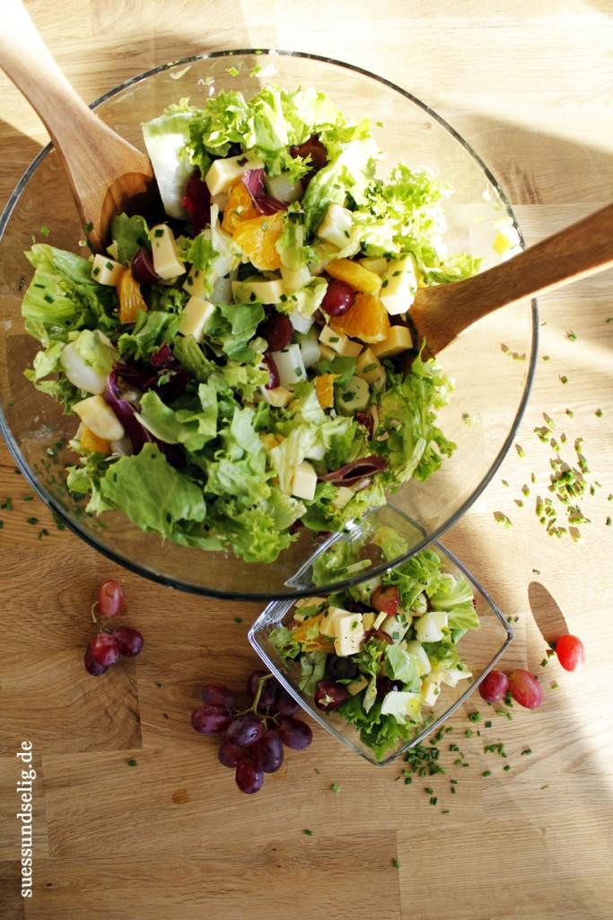 Frischer Spargelsalat mit Käse, Apfelsine und Weintrauben - Sommersalat