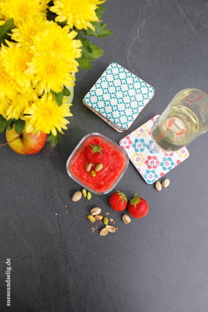 Erdbeertorte mit Mandelboden und Soja-Apfel-Pistazie-Creme mit Erdbeer-Sekt-Topping
