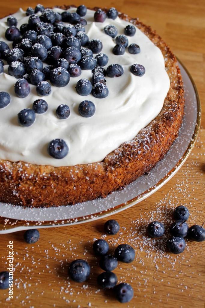 Birnenkuchen mit Crème Fraiche und Blaubeeren