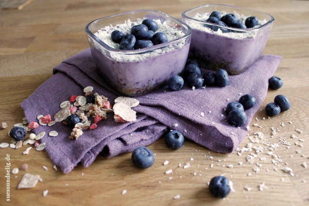 Blaubeer-Käsekuchen-Dessert mit Müsliboden